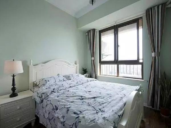 客房~跟主卧室的风格有点像,床单不一样!