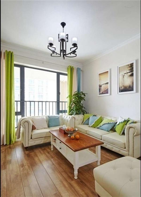 沙发上的靠垫为整个客厅增色不已。