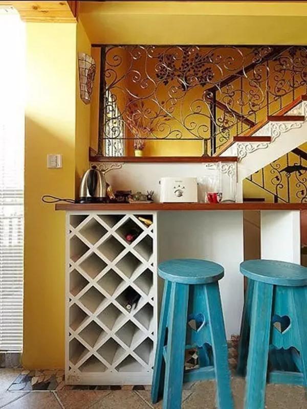 吧台比较小,女主喜欢休闲的时候在这泡咖啡或喝点红酒,楼梯的设计简单又不失特色。