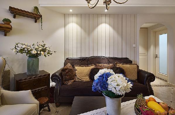 大地色的沙发和电视柜,带来浓浓的土色气息。