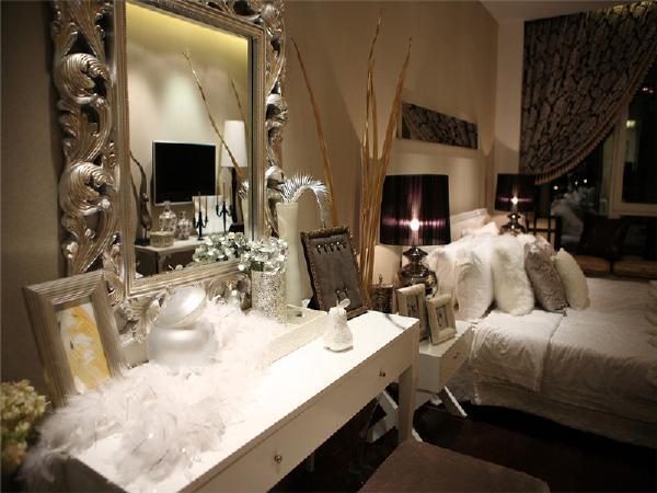 风水考虑,将梳妆台的镜子放在床的旁边。