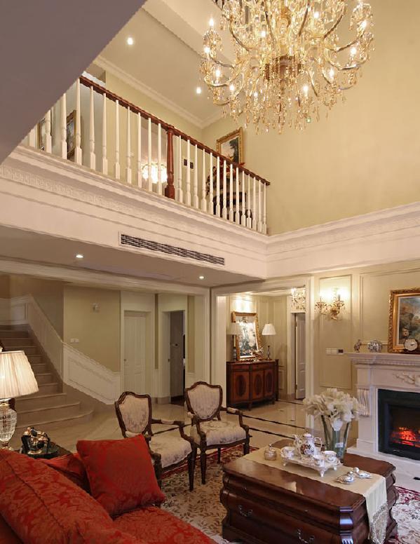布艺沙发的丝绒质感以及流畅的木质曲线,将传统欧式家居的奢华与现代家居的实用性完美地结合。