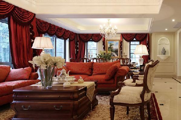 客厅的大部分处在挑空结构之下,大面积的玻璃窗带来了良好的采光,红色的落地的窗帘和沙发相呼应。