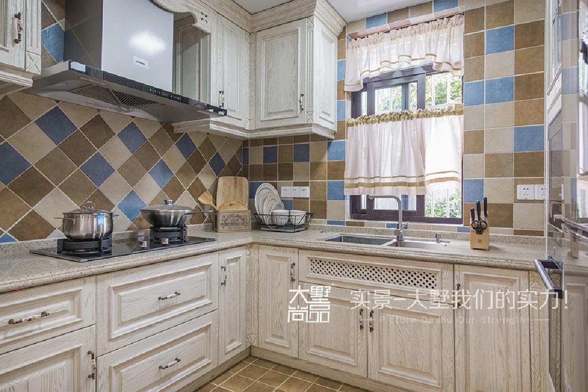首页 装修效果图 厨房是采用白色橡木开放的橱柜,搭配彩色的仿古砖,加