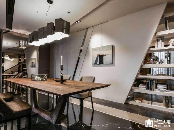 设计师将客卧大小及门片位置调整,拉出完整的餐厅主墙,立面造型则以不锈钢镜面的斜线造型,与书房平行的柜体做呼应
