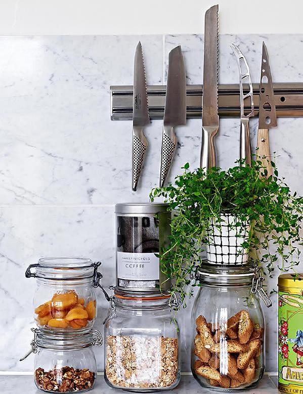 玻璃的瓶瓶罐罐,除了储藏食物外,还增添了些许异国风情。