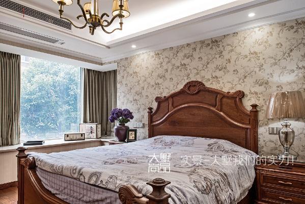 美式卧室注重功能实用和温馨舒适,主卧室采用了暖色系的墙纸和窗帘,很好的呈现出美式的舒适感。进门位置改到了书房,将原有的卫生间扩大,极大的提高了生活质量。