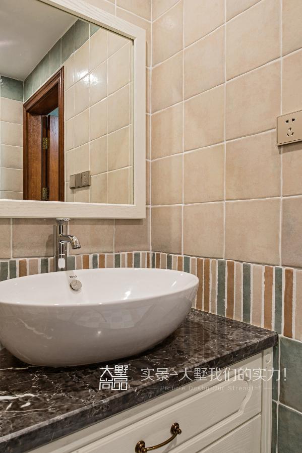主卧卫生间做了入墙式马桶,个性化定制的概念台盆柜,整体色调以咖色为主。外卫空间比较小,墙面砖采取了米色与绿色结合,色调上稍微活泼跳跃一些。