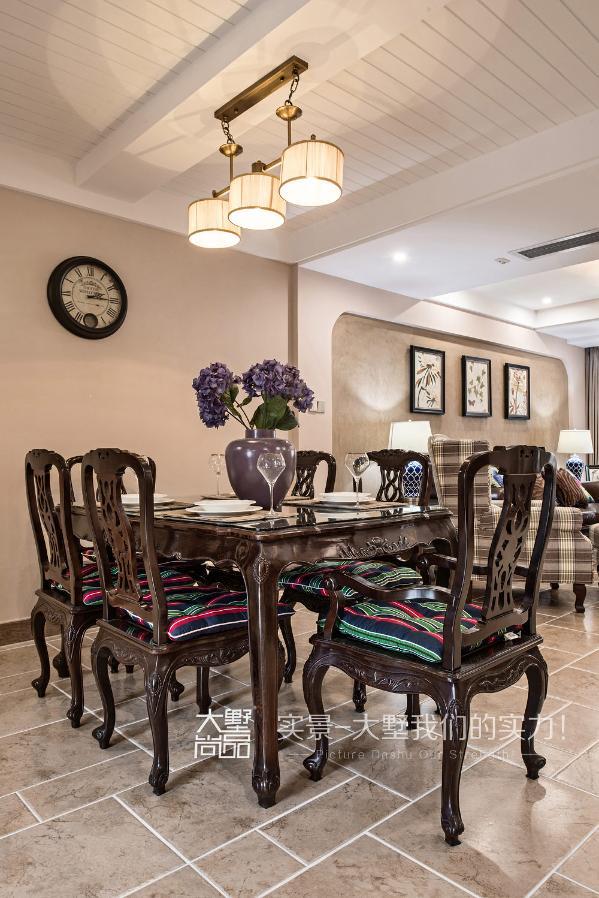 美式餐厅提倡回归自然的感觉,设计师通过石膏板留缝处理,化解了餐厅梁的突兀,令中式餐桌椅很好的融入了空间。