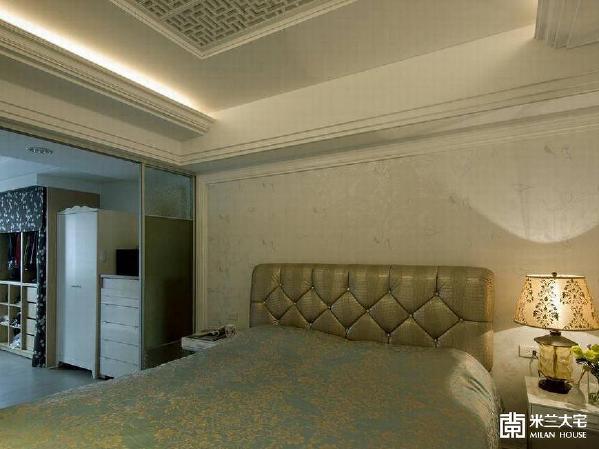由床头绷布与大面收框叠合为题的临场感受,同时兼具了设计力度与优雅内涵。