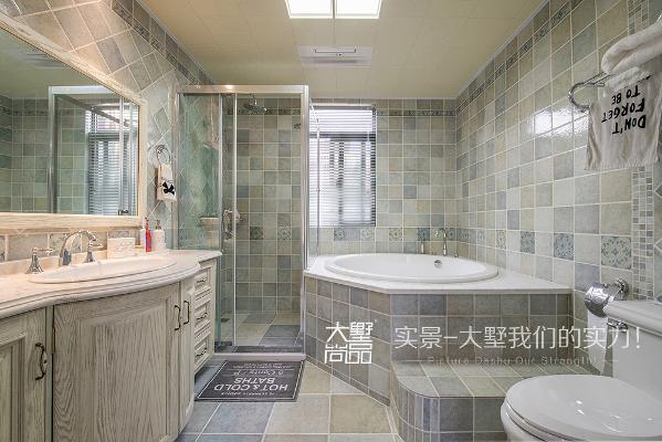 卫生间的空间比较大,采用了仿古砖拼贴的方式,非常优雅大气,淋浴和浴缸使用起来又非常实用舒适。