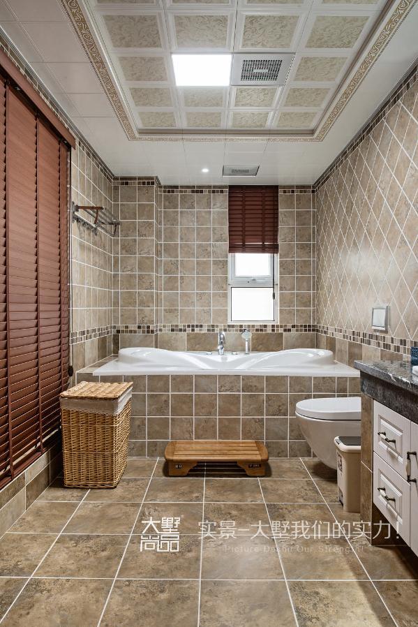 厨房采用了斜网格状的白色柜体,浅咖啡色的台面,提亮了整个空间,台面以下部分与柜门的处理也是一大亮点。