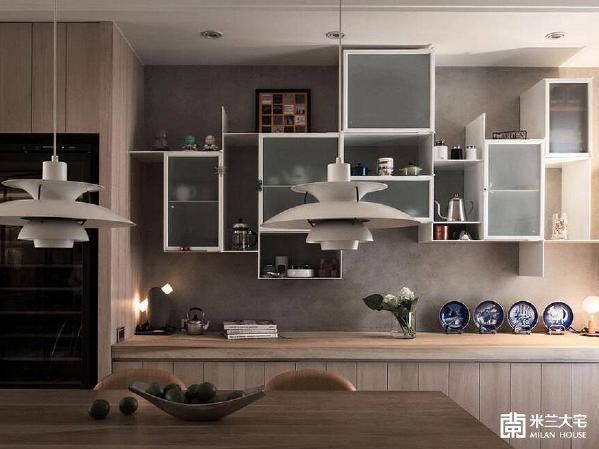 长型原木桌也是屋主的珍藏之一,配上铁件构织的底墙,静静地,小品生活的幸福可能