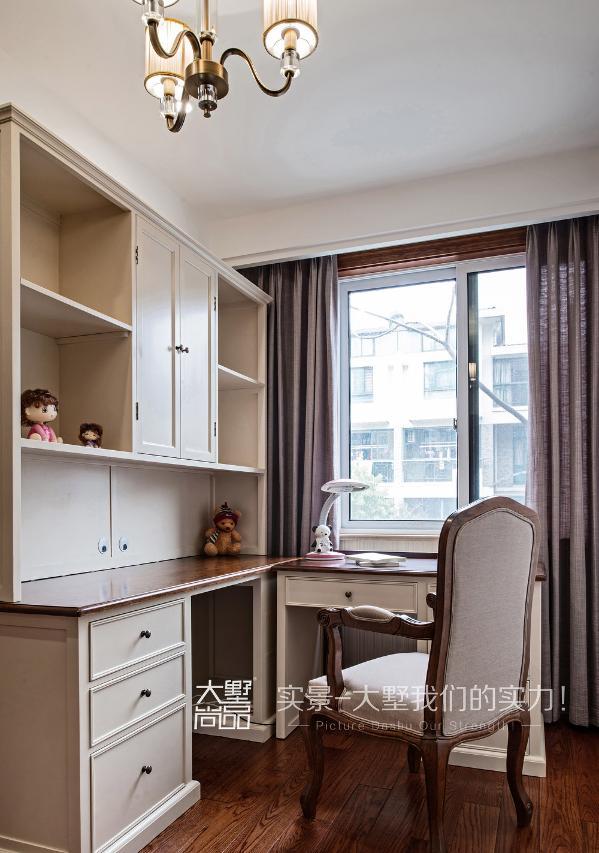 女儿房书房的书柜采用了木色台面白色柜体相结合的方式,配上吊顶灯光,体现了简美的特色。