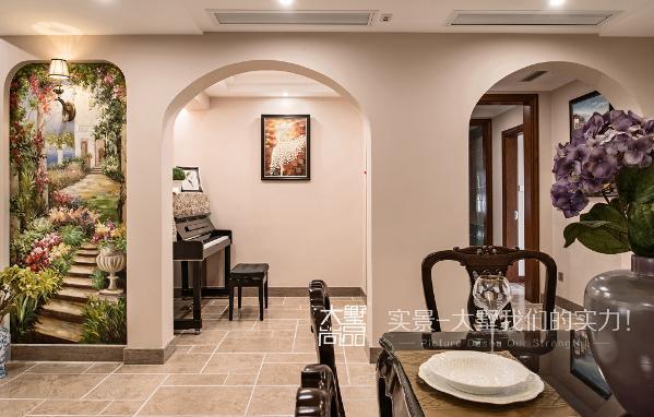 过道旁边的钢琴区域为整个客厅增加了几分灵动,闲暇时弹几首动人的曲子,既能陶冶情操,又丰富了业余生活。家具皮质与布艺的结合,同样也是整个空间中不可或缺的部分。