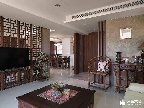 结合传统中式元素,如黄花梨圈椅、窗棂屏风的造型,以及多款深色的老件家具,空间里精心布置的风景,像是回溯到久远的时光。