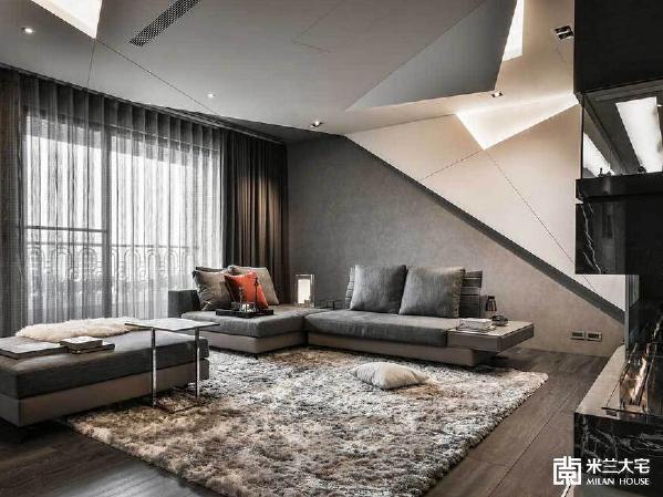 天花板与沙发背墙利用立体的概念,将不规则的几何线条以3D形态呈现,同时,也考量到投影机所需的高度,以及侧边柜门打开的角度,经过仔细测量才能施工运作。