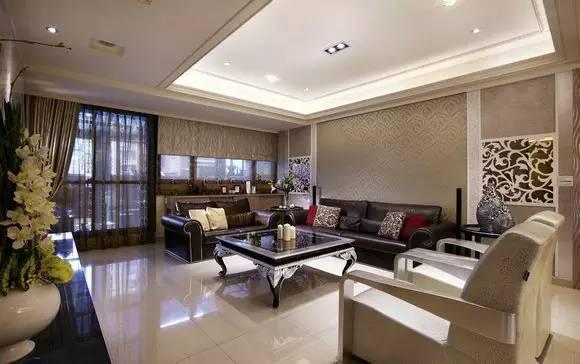 PART1:客厅设计 装修TIPS:定调为轻古典风格,以淡雅色系饰以雕花线条,柔化氛围并营造出温馨感。邻近阳台的窗旁,增设半高置物柜,满足收纳及展示需求。