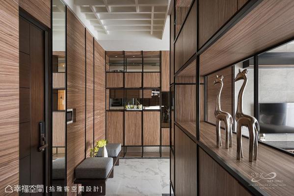 许炜杰总监选用深色木皮铺陈沉稳大方的迎宾氛围,柜体采局部穿透的设计,让视觉得以延伸,化解空间压迫感。
