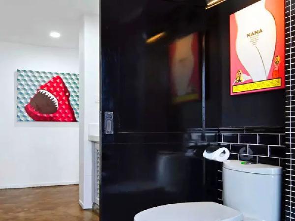 卫生间干湿分离,用黑色的墙面衬托白色卫浴。