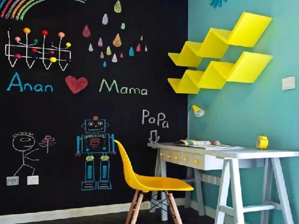 儿童房一面墙用黑板漆处理成黑板墙,可供涂鸦。