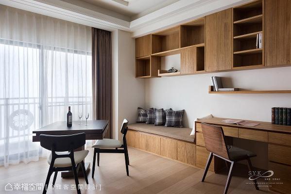 规划吊柜、书桌、卧榻等实用机能,并保留足够空间摆放麻将桌,提供可多人互动的娱乐空间。