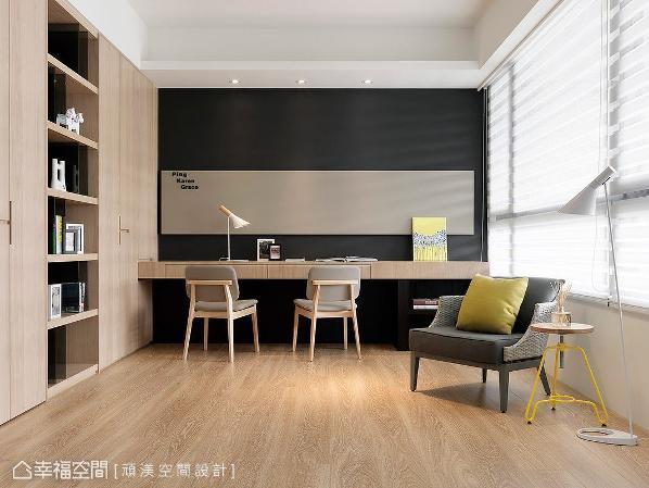 书房左侧规划整面的展示收纳柜,门片皆以隐藏式把手设计,展现干净利落的收纳美学。