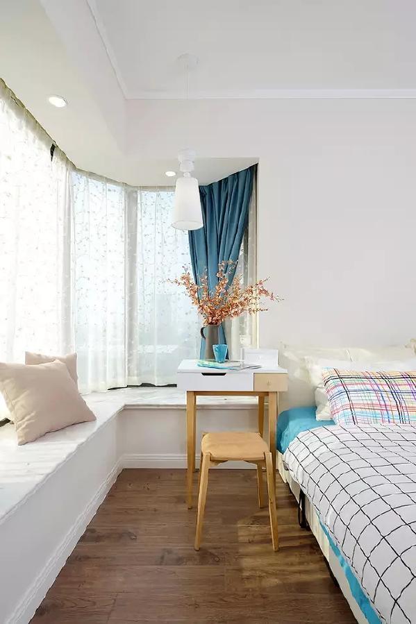 用蓝色做点缀,白色的窗台也变得更活泼,床头柜一物多用,随时变身小桌子,下个棋、喝喝茶都不错。