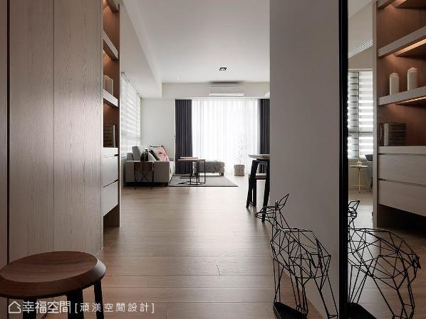 洪淑娜设计师于入口右侧安排镜面,除了作为穿衣镜之外,亦有使空间延伸放大的用意。