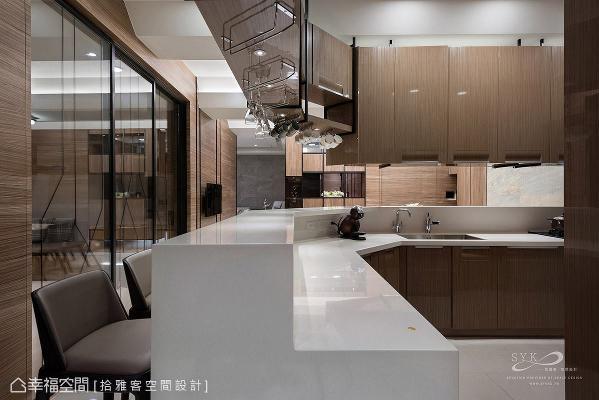 因应屋主需求,特别将厨房尺度拉大,并增设吧台机能,成为一个与亲友同乐的绝佳场所。