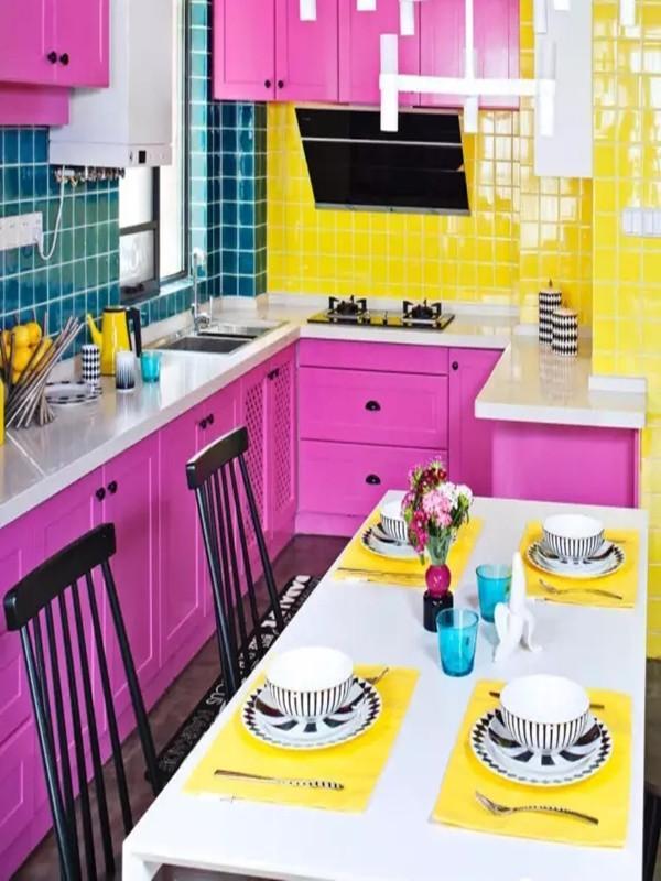 厨房用枚红色橱柜门板,侧面用柠檬黄的墙砖,另外一侧用蓝色墙砖。