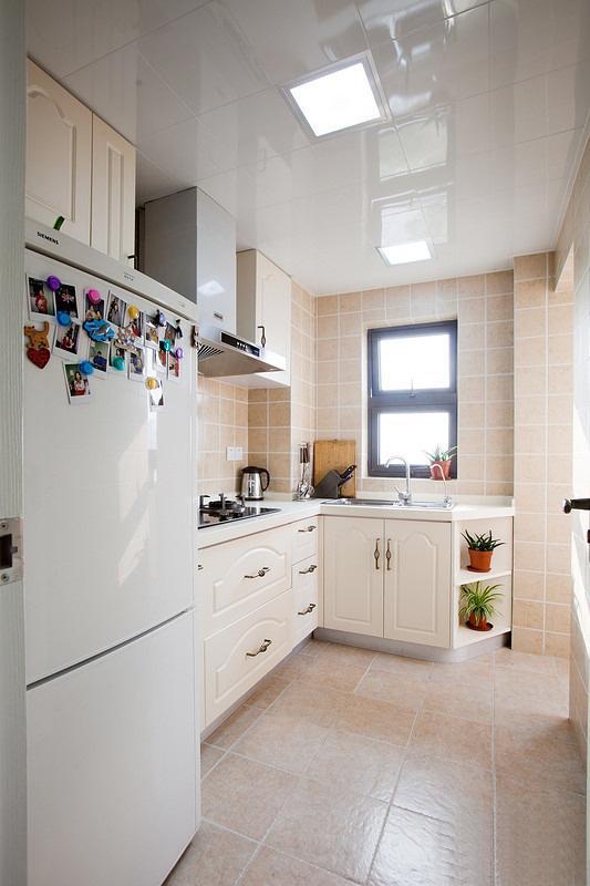 米色的墙地砖让厨房显得明亮干净。
