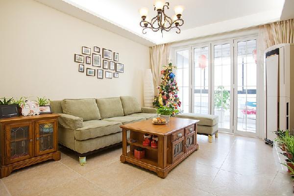 浅色的墙面遇上淡绿色的沙发和红褐色的家具清新淡雅!