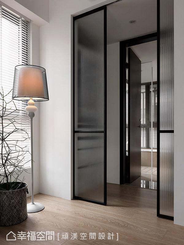 更衣室拉门特别选用透光但不透视的玻璃质材,让浴室的光线得以穿透进入卧室,且同时保有隐私性。