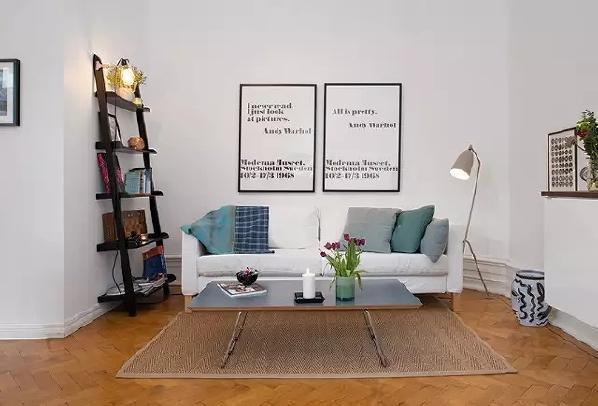 客厅利用了房型来摆放家具,靠墙的梯子是营造氛围的好手。