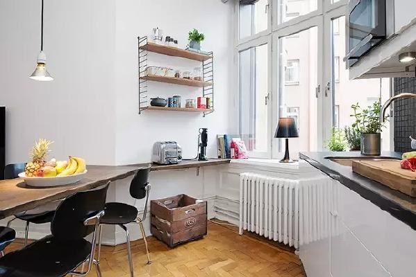 拐角处墙面也不浪费,用跟餐桌同色系的木板打造了一个休闲角。