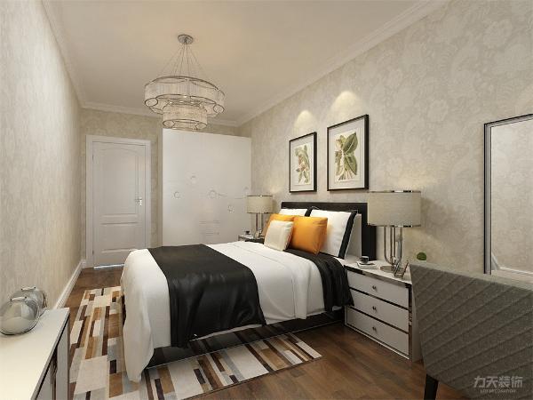 卧室空间较大,便于业主流动和生活,我们没有做复杂的吊顶。使用石膏线圈边来进行墙面和顶面的过渡。墙面使用和客餐厅不同的花色壁纸。本案的书房和客餐厅的柜子隔断是最大的亮点。