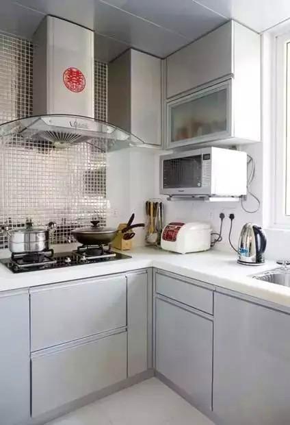 厨房用的银灰色烤漆橱柜,灶台这面背景墙做了银色亮光马赛克,很好看就是不知道是否好清理