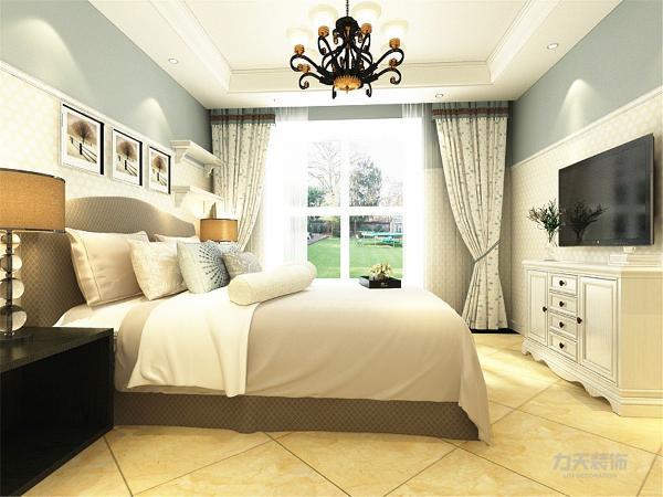 在卧室区域,重点设计在墙面造型,淡蓝色墙体令人感受到海洋般的清新,碎花的窗帘让人感受到安逸
