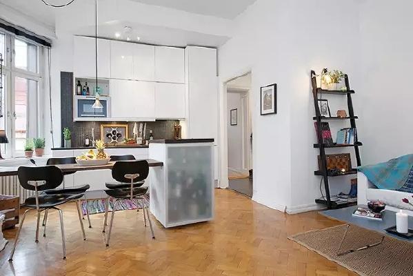 餐桌和吧台相连,既做了客厅的分割,也解决了小户型厨房操作台过小的问题。