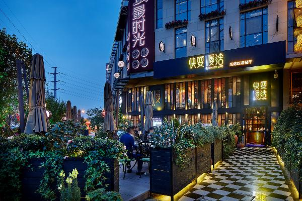 """英国美学家Clive Bell说,""""美,是有意味的形式。""""而形式,带来美的体验,带来仪式感。因此,我用黑白石材搭配,规划出通向餐厅大门的通道,以花卉绿植结合灯光装点两侧,注入仪式感。"""