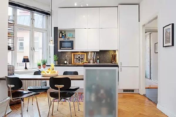 开放式厨房,白色厨柜可以很好的隐身,带来开阔感。