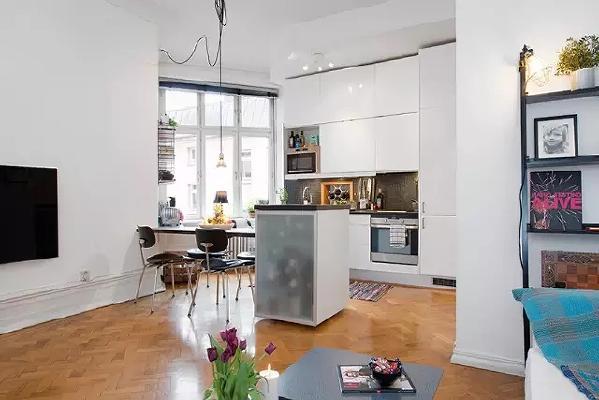 从客厅看餐厨,有足够的活动空间。