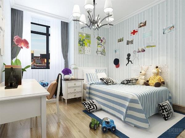 儿童的设计,在整个空间上我们打造的是蓝色调,床品的采用上运用的是蓝色的床单,床头运用的是挂画的形式,壁纸运用的是蓝色的条纹形式。