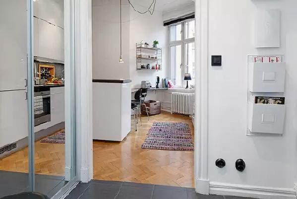 玄关柜门用镜面打造,增加亮度,也满足了出门之前整理衣装的需求。