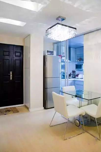 进门做了一个到顶的鞋柜,小户型做高柜可以有效利用上层空间,正好鞋柜和厨房之间的位置可以放冰箱