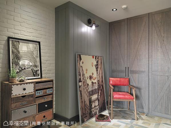 壁面利用白色文化石铺陈乡村调性,再透过喷漆壁板包覆柜体与既有梁柱,使之产生视觉连贯,搭配鞋柜的谷仓造型门片,形塑乡村、工业相融的质感氛围。