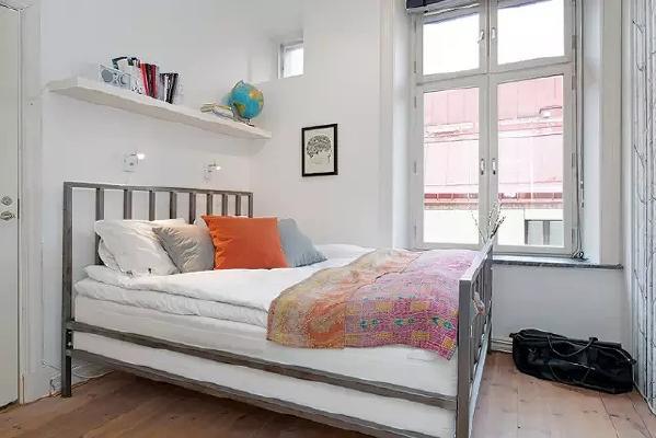 卧室布置的很简单,铁架床非常接地气,用颜色鲜艳的床品增加活泼感。