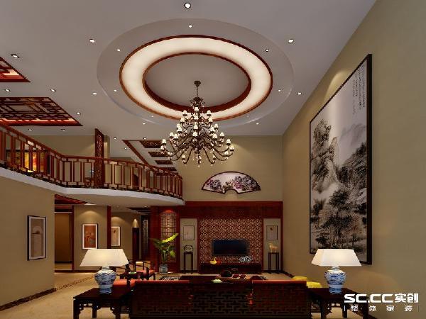 客厅看向二楼的楼梯处和吊顶,采用了圆形的吊顶,在本有挑高很高的客厅,在与大量的木质雕花吊顶相结合,强化了整个空间的气势。楼梯半圆形的突出,能够更加观赏到室内室外的景色