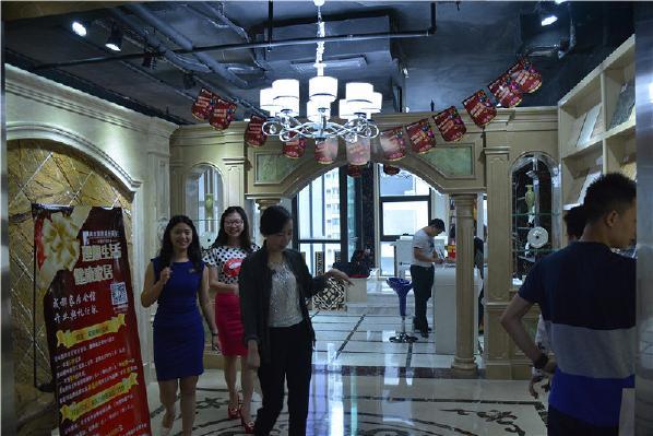 开业当天,高度国际装饰设计集团领导,高度国际成都公司领导,业主代表,国内国际各大产品供应商企业领导等以及各大新闻媒体近200余人汇聚一堂出席了开业仪式。